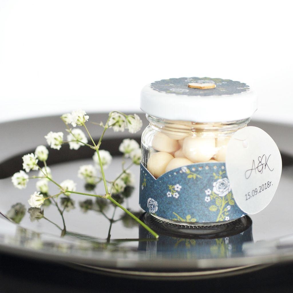 Słoiczek z drażami białe kwiatki na granatowym tle