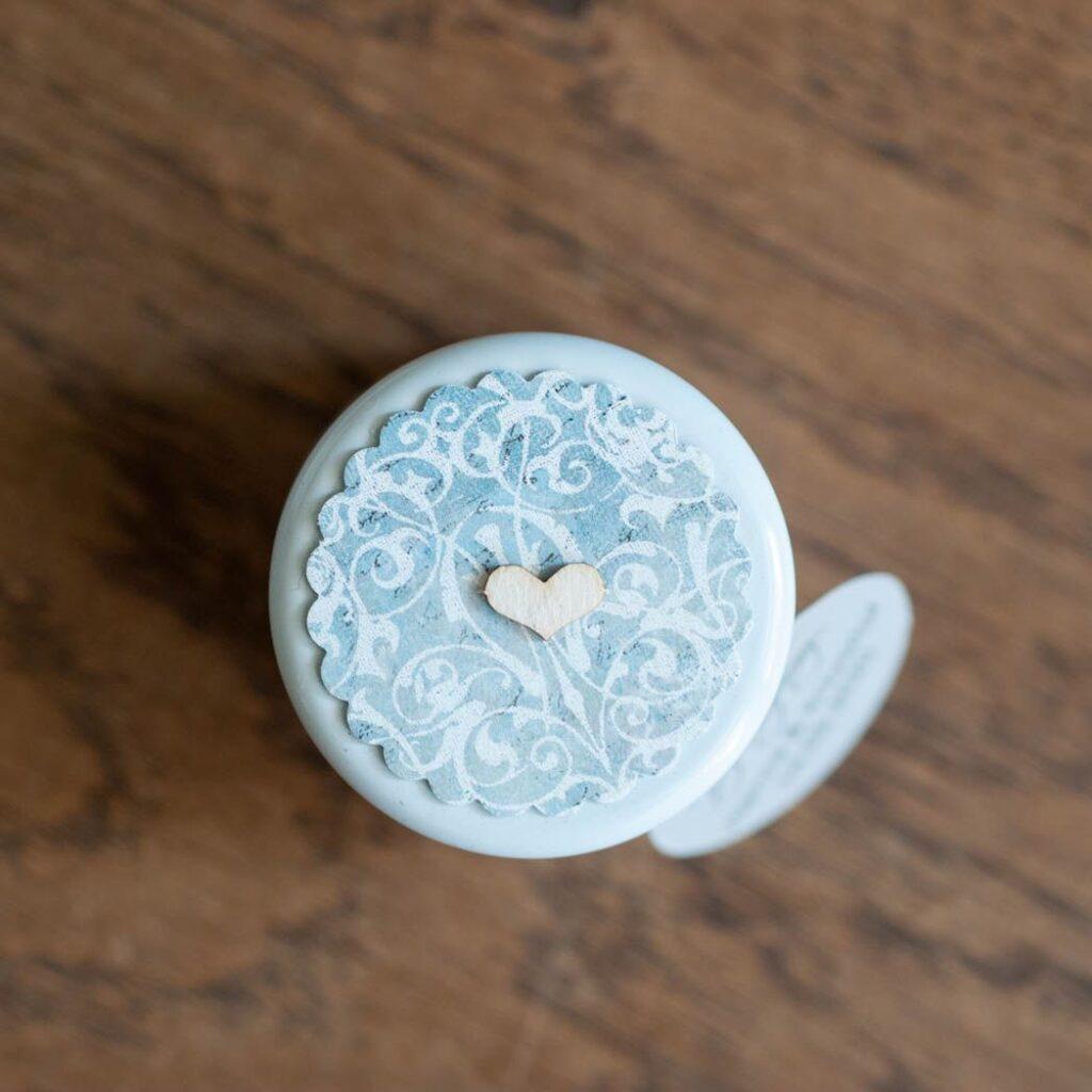 pokrywka słoiczka białe wzory na szaro niebieskim tle