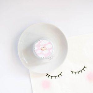 Pokrywka słoiczka pusty białe chmurki na różowym tle
