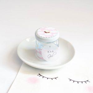 Słoiczek pusty białe chmurki na różowym tle