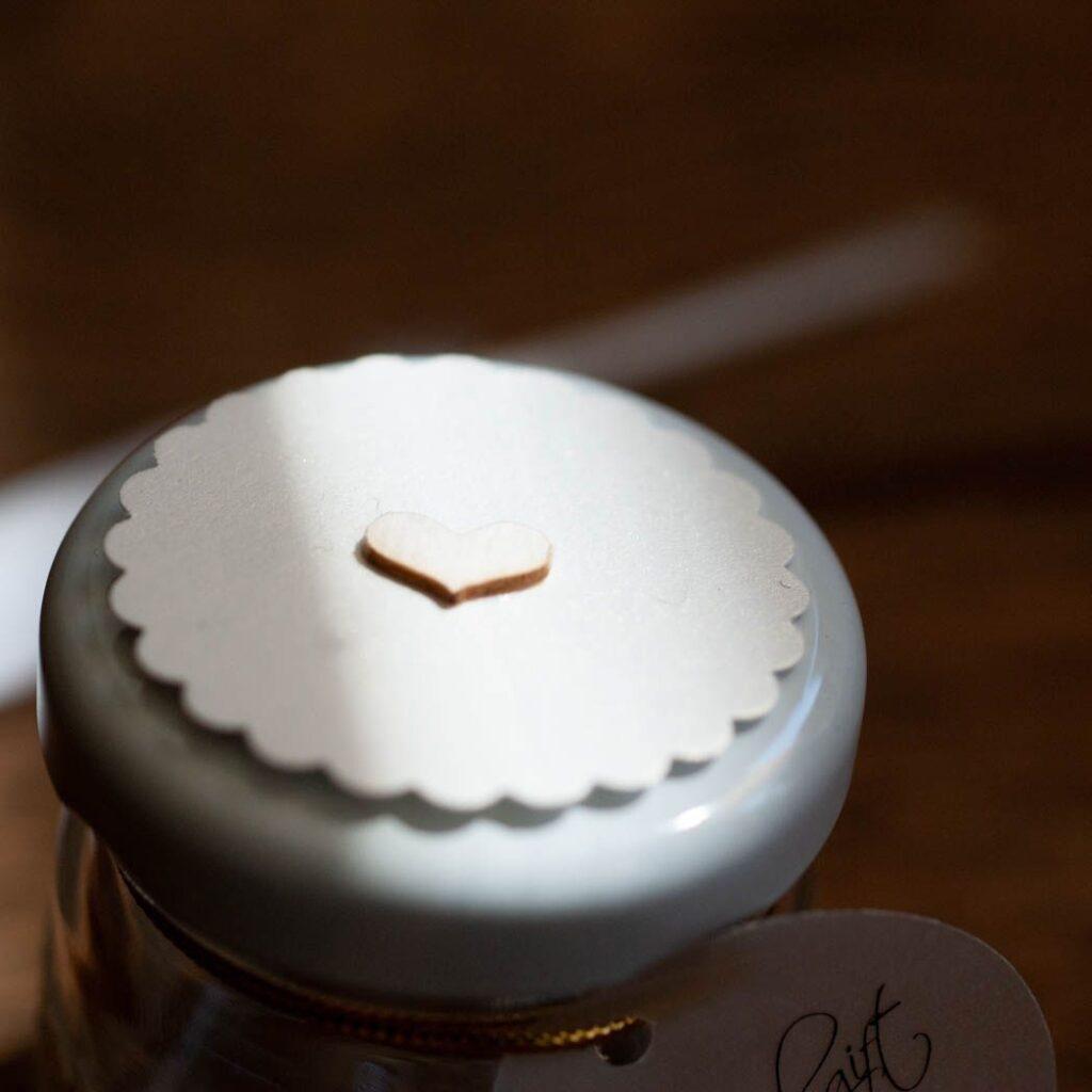 pokrywka biały z drobinkami