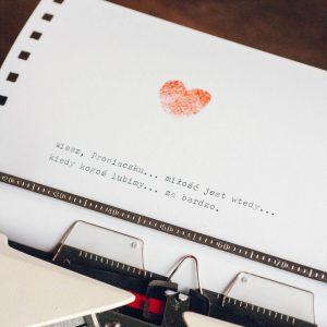 dedykacja i serce z odcisków palców