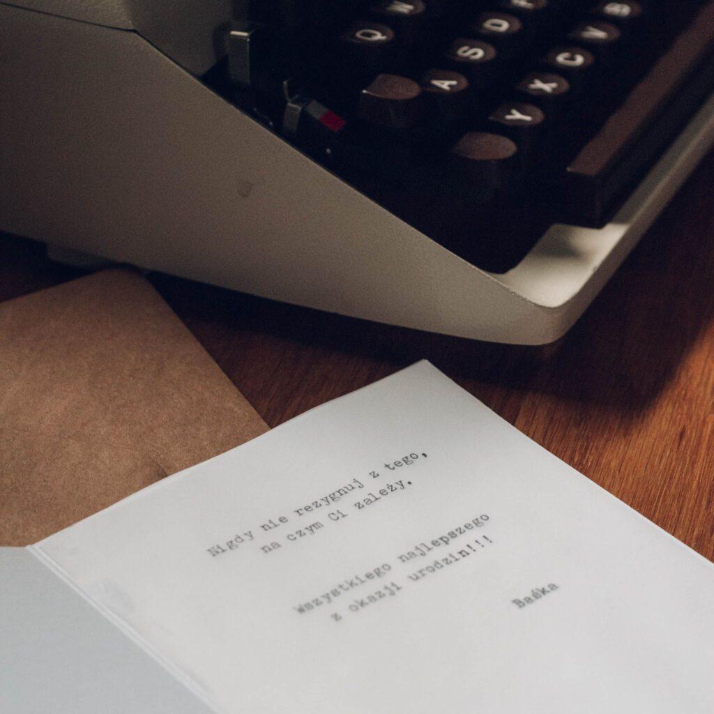 kartka z życzeniami i maszyna do pisania