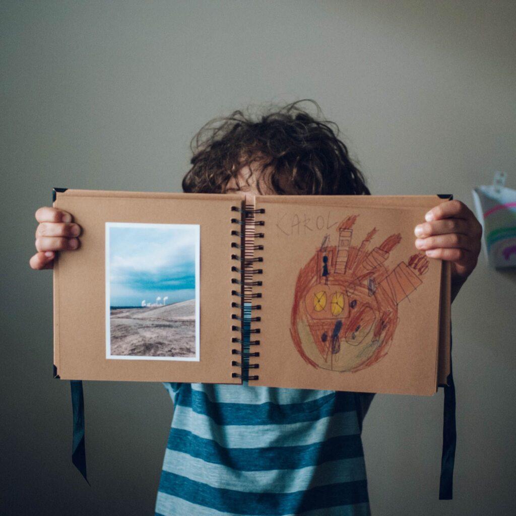 rysunek i zdjęcie w albumie