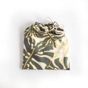 album w woreczku w szaro żółte liście